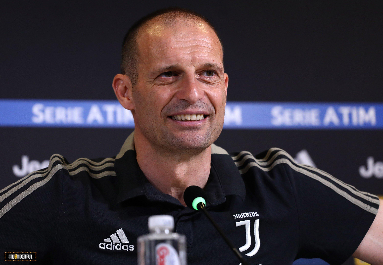 Massimiliano Allegri, ex allenatore della Juventus vicino alla panchina del Manchester United